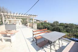 Терраса. Черногория, Кримовица : Дом с просторной гостиной, с 2-мя отдельными спальнями, с огромной террасой с видом на море и местом для барбекю, в стоимость аренды включен кабриолет, Wi-Fi