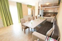 Гостиная. Черногория, Кримовица : Дом с просторной гостиной, с 2-мя отдельными спальнями, с огромной террасой с видом на море и местом для барбекю, в стоимость аренды включен кабриолет, Wi-Fi