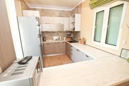 Кухня. Черногория, Кримовица : Дом с просторной гостиной, с 2-мя отдельными спальнями, с огромной террасой с видом на море и местом для барбекю, в стоимость аренды включен кабриолет, Wi-Fi