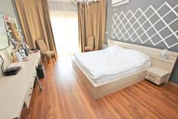 Спальня 2. Черногория, Кримовица : Дом с просторной гостиной, с 2-мя отдельными спальнями, с огромной террасой с видом на море и местом для барбекю, в стоимость аренды включен кабриолет, Wi-Fi