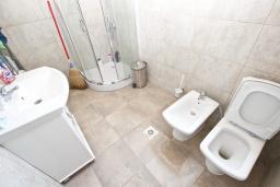 Ванная комната. Черногория, Кримовица : Дом с просторной гостиной, с 2-мя отдельными спальнями, с огромной террасой с видом на море и местом для барбекю, в стоимость аренды включен кабриолет, Wi-Fi