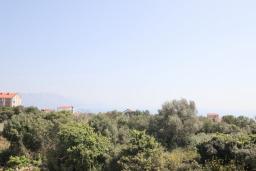 Вид на море. Черногория, Кримовица : Дом с просторной гостиной, с 2-мя отдельными спальнями, с огромной террасой с видом на море и местом для барбекю, в стоимость аренды включен кабриолет, Wi-Fi