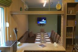 Черногория, Кримовица : Дом с просторной гостиной, с 2-мя отдельными спальнями, с огромной террасой с видом на море и местом для барбекю, в стоимость аренды включен кабриолет, Wi-Fi