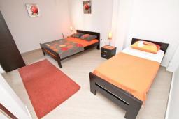 Спальня. Черногория, Будва : Апартамент с отдельной спальней, с террасой