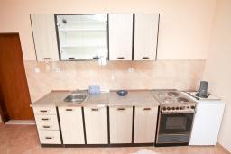 Кухня. Черногория, Дженовичи : Апартамент с отдельной спальней, с 2-мя ванными комнатами, с террасой