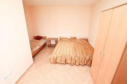Спальня. Черногория, Дженовичи : Апартамент с отдельной спальней, с 2-мя ванными комнатами, с террасой