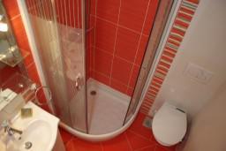 Ванная комната. Черногория, Игало : Люкс апартамент с отдельной спальней в центре Игало
