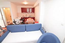 Гостиная. Продается дом в Герцег-Нови, Дженовичи. 292м2, участок 423м2, 3 гостиные, 6 спален, 5 ванных комнат, терраса, 4 балкона, 70 метров до моря, цена - 675'000 Евро.  в Дженовичи