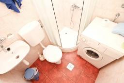 Ванная комната. Продается дом в Герцег-Нови, Дженовичи. 292м2, участок 423м2, 3 гостиные, 6 спален, 5 ванных комнат, терраса, 4 балкона, 70 метров до моря, цена - 675'000 Евро.  в Дженовичи