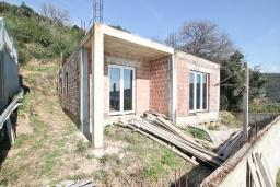 Фасад дома. Продается недостроенный дом в Герцег-Нови, Зеленика. 135м2, участок 430м2, вид на море, 250 метров до пляжа, цена - 90'000 Евро. в Зеленике