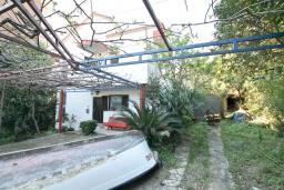 Территория. Продается 3-х этажный дом в Будве. 491м2, гостиная, 7 спален, 5 ванных комнат, большой двор, 350 метров до моря, цена - 850'000 Евро. в Будве