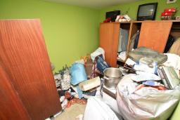 Спальня 2. Продается 3-х этажный дом в Будве. 491м2, гостиная, 7 спален, 5 ванных комнат, большой двор, 350 метров до моря, цена - 850'000 Евро. в Будве