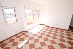 Гостиная. Продается квартира в Герцег-Нови, Савина. 54м2, гостиная, спальня, 2 балкона, 300 метров до моря, цена - 83'000 Евро. в Герцег Нови