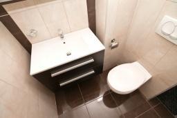 Ванная комната. Продается квартира в Герцег-Нови, Дженовичи. 48м2, гостиная, спальня, большой балкон с видом на море, 70 метров до пляжа, цена - 105'600 Евро.  в Дженовичи