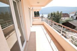 Балкон. Продается квартира в Герцег-Нови, Дженовичи. 52м2, гостиная, спальня, 2 балкона с видом на море, 70 метров до пляжа, цена - 124'800 Евро.  в Дженовичи