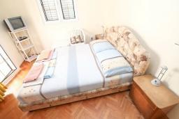 Спальня. Продается дом в Игало, Институт. 236м2, 11 спален, 8 ванных комнат, гараж 35м2, двор 50м2, 60 метров до моря, цена - 900'000 Евро. в Игало
