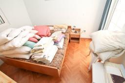 Спальня 2. Продается дом в Игало, Институт. 236м2, 11 спален, 8 ванных комнат, гараж 35м2, двор 50м2, 60 метров до моря, цена - 900'000 Евро. в Игало