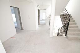 Коридор. Продается недостроенный 3-х этажный дом в Жвинье. 260м2, участок 300м2, большая гостиная, 4 спальни, 2 ванные комнаты, терраса и два больших балкона с шикарным, панорамным видом на море, 2 км до пляжа, цена - 380'000 Евро. в Герцег Нови