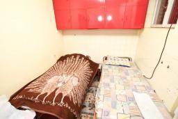 Спальня. Продается 2-х этажный дом в Игало, Суторина. 300м2, гостиная, 6 спален, 5 ванных комнат, 300м2 земельный участок, большая бетонная терраса, 4 парковочных места, 100 метров до моря, цена - 450'000 Евро. в Игало