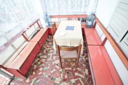 Гостиная. Продается 2-х этажный дом в Игало, Суторина. 300м2, гостиная, 6 спален, 5 ванных комнат, 300м2 земельный участок, большая бетонная терраса, 4 парковочных места, 100 метров до моря, цена - 450'000 Евро. в Игало