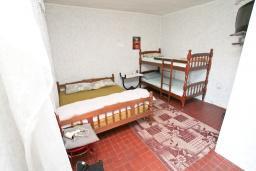 Спальня 2. Продается 2-х этажный дом в Игало, Суторина. 300м2, гостиная, 6 спален, 5 ванных комнат, 300м2 земельный участок, большая бетонная терраса, 4 парковочных места, 100 метров до моря, цена - 450'000 Евро. в Игало