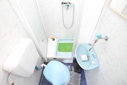 Ванная комната 2. Продается 2-х этажный дом в Игало, Суторина. 300м2, гостиная, 6 спален, 5 ванных комнат, 300м2 земельный участок, большая бетонная терраса, 4 парковочных места, 100 метров до моря, цена - 450'000 Евро. в Игало