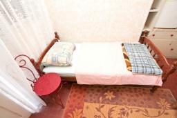 Спальня 3. Продается 2-х этажный дом в Игало, Суторина. 300м2, гостиная, 6 спален, 5 ванных комнат, 300м2 земельный участок, большая бетонная терраса, 4 парковочных места, 100 метров до моря, цена - 450'000 Евро. в Игало