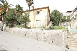 Фасад дома. Продается 2-х этажный дом в Герцег-Нови, Старый город. 160м2, 8 комнат, 2 ванные комнаты, участок 500м2, 200 метров до моря, цена - 220'000 Евро. в Герцег Нови