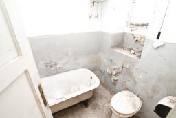 Ванная комната. Продается 2-х этажный дом в Герцег-Нови, Старый город. 160м2, 8 комнат, 2 ванные комнаты, участок 500м2, 200 метров до моря, цена - 220'000 Евро. в Герцег Нови