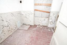 Спальня 2. Продается 2-х этажный дом в Герцег-Нови, Старый город. 160м2, 8 комнат, 2 ванные комнаты, участок 500м2, 200 метров до моря, цена - 220'000 Евро. в Герцег Нови
