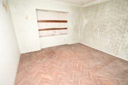 Спальня 3. Продается 2-х этажный дом в Герцег-Нови, Старый город. 160м2, 8 комнат, 2 ванные комнаты, участок 500м2, 200 метров до моря, цена - 220'000 Евро. в Герцег Нови
