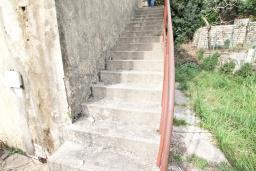 Территория. Продается 2-х этажный дом в Герцег-Нови, Старый город. 160м2, 8 комнат, 2 ванные комнаты, участок 500м2, 200 метров до моря, цена - 220'000 Евро. в Герцег Нови