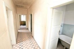 Коридор. Продается 2-х этажный дом в Герцег-Нови, Старый город. 160м2, 8 комнат, 2 ванные комнаты, участок 500м2, 200 метров до моря, цена - 220'000 Евро. в Герцег Нови