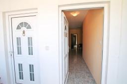 Вход. Продается большой 3-х этажный дом в Биела. 433м2, 10 спален, 6 ванных комнат, участок 500м2, 60 метров до моря, цена - 3'500'000 Евро. в Биеле