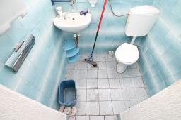 Ванная комната. Продается дом в Герцег-Нови, Старый город. 716м2, 6 спален, 4 ванные комнаты, балкон с видом на море, дворик, 400 метров до пляжа, цена - 1'395'000 Евро. в Герцег Нови
