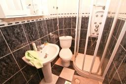 Ванная комната 2. Продается дом в Герцег-Нови, Старый город. 716м2, 6 спален, 4 ванные комнаты, балкон с видом на море, дворик, 400 метров до пляжа, цена - 1'395'000 Евро. в Герцег Нови