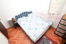 Спальня. Продается 2-х этажный дом в Герцег-Нови, Дженовичи. 232м2, 2 гостиные, 4 спальни, 2 ванные комнаты, участок 560м2, 120 метров до моря, цена - 450'000 Евро. в Дженовичи