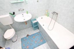 Ванная комната. Продается 2-х этажный дом в Герцег-Нови, Дженовичи. 232м2, 2 гостиные, 4 спальни, 2 ванные комнаты, участок 560м2, 120 метров до моря, цена - 450'000 Евро. в Дженовичи