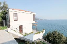 Фасад дома. Продается 2-х этажный дом в Каменари. 120м2, большая гостиная, 3 спальни, терраса с шикарным видом на море, участок 330м2, 300 метров до пляжа, цена - 360'000 Евро. в Герцег Нови