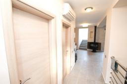 Коридор. Продается 2-х этажный дом в Каменари. 120м2, большая гостиная, 3 спальни, терраса с шикарным видом на море, участок 330м2, 300 метров до пляжа, цена - 360'000 Евро. в Герцег Нови