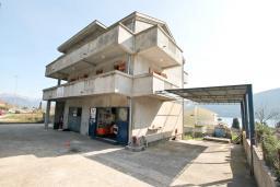 Фасад дома. Продается дом в Герцег-Нови, Дженовичи. 270м2, 2 большие гостиные, 4 спальни, 4 ванные комнаты, гараж, участок 549м2, 110 метров до моря, цена - 1'236'000 Евро. в Дженовичи