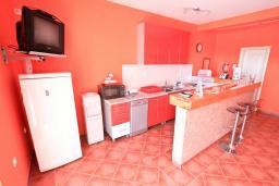 Кухня. Продается дом в Герцег-Нови, Дженовичи. 270м2, 2 большие гостиные, 4 спальни, 4 ванные комнаты, гараж, участок 549м2, 110 метров до моря, цена - 1'236'000 Евро. в Дженовичи