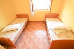 Спальня. Продается дом в Герцег-Нови, Дженовичи. 270м2, 2 большие гостиные, 4 спальни, 4 ванные комнаты, гараж, участок 549м2, 110 метров до моря, цена - 1'236'000 Евро. в Дженовичи