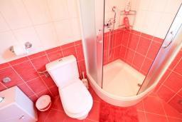 Ванная комната. Продается дом в Герцег-Нови, Дженовичи. 270м2, 2 большие гостиные, 4 спальни, 4 ванные комнаты, гараж, участок 549м2, 110 метров до моря, цена - 1'236'000 Евро. в Дженовичи