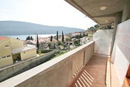 Балкон. Продается дом в Герцег-Нови, Дженовичи. 270м2, 2 большие гостиные, 4 спальни, 4 ванные комнаты, гараж, участок 549м2, 110 метров до моря, цена - 1'236'000 Евро. в Дженовичи