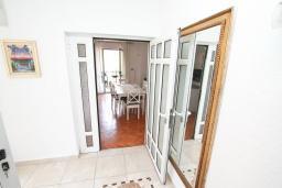 Коридор. Продается 3-х этажный дом в Герцег-Нови, Мельине. 360м2, 2 большие гостиные, 7 спален, 5 ванных комнат, 4 балкона, 2 террасы, парковка для 4 автомобилей, 40 метров до моря, цена - 830'000 Евро.  в Мельине