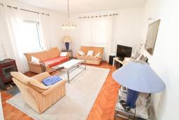 Гостиная. Продается 3-х этажный дом в Герцег-Нови, Мельине. 360м2, 2 большие гостиные, 7 спален, 5 ванных комнат, 4 балкона, 2 террасы, парковка для 4 автомобилей, 40 метров до моря, цена - 830'000 Евро.  в Мельине
