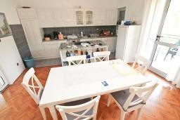 Кухня. Продается 3-х этажный дом в Герцег-Нови, Мельине. 360м2, 2 большие гостиные, 7 спален, 5 ванных комнат, 4 балкона, 2 террасы, парковка для 4 автомобилей, 40 метров до моря, цена - 830'000 Евро.  в Мельине