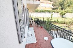 Балкон. Продается 3-х этажный дом в Герцег-Нови, Мельине. 360м2, 2 большие гостиные, 7 спален, 5 ванных комнат, 4 балкона, 2 террасы, парковка для 4 автомобилей, 40 метров до моря, цена - 830'000 Евро.  в Мельине