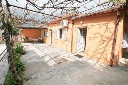 Фасад дома. Продается дом в Герцег-Нови, Зеленика. 108м2, 5 спален, большая терраса, парковка на 4 автомобиля, 400 метров до моря, цена - 120'000 Евро. в Зеленике